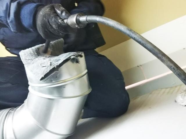 ダクト管の中を専門道具で清掃